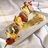 Brochettes de porc aux petits légumes crème de pois chiches
