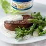 Steak poêlé sauce au roquefort et lit de légumes verts