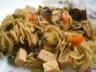 Wok de nouilles asiatiques sautées aux petits légumes et tofu