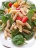Salade de pâtes, pousses d'épinards et tomates cerises