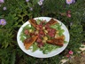 Salade de roquette, foies de volailles, croûtons de pain d'épices, confiture d'oignons et raisins frais
