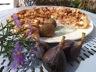 Tarte aux figues, lardons, chèvre et amandes