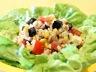 Salade composée au riz tomates maïs féta et olives noires à la grecque