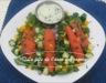 Salade d'épinards et de saumon fumé, sauce crémeuse au concombre