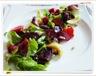 Salade de gésiers confits, fraises, framboises,tomates cerise,coeurs d'artichaut, magrets de canard, noix et pignons de pin