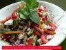 Salade grecque aux pois chiches, féta, tomates et poivrons