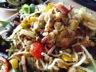 Salade-repas tiède: poivrons, pois chiches, croûtons & cie
