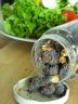 Assaisonnement pour salade : pavot bleu, fleurs de bleuet, noix, raisins et figues sèches