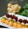 Brochettes melon basilic noix de bœuf séché et billes de gaufrettes croquantes