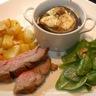 Gigot d'agneau à l'ail et au romarin, pommes de terre rôties au four, cassolette d'aubergines grillées au manouri