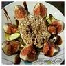 Salade de figues et son palet de chèvre au sésame sur un lit de courgettes grillées