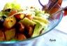 Salade iceberg, pommes de terre, saucisse