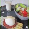 Asperges poêlées oeuf mollet sur pancetta grillée sauce et salade parmesan