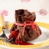 Aumônières de crêpes au chocolat Trésor de fruits frais Coulis de framboises au Yuzu