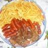 Barbecue de cotelettes saucisses de poulet et frites