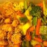 Bento au poulet miel-soja et ses légumes croquants glacés sucrés mangue et vermicelle de riz