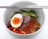 Bibim naengmyeon (nouilles de sarrasin coréennes au piment)