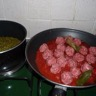 Boulettes de boeuf à la tomate accompagnées de petits pois