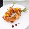 Brochette de lapin au romarin et pêche laque de miel de soja aux noisettes