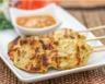 Brochettes de poulet sauce cacahuètes et lait de coco