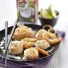 Brochettes de Saint-Jacques et gambas marinées au lait de coco et citron vert vermicelles sautée...