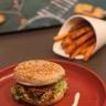 Burger d'agneau frites de patates douces et sauce yaourt