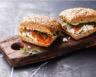 Burger saumon-fromage cottage-tomates confites et salade