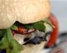 Burger veggie aux champignons noirs roquette et tomates confites