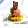 Carré d'agneau en croûte d'herbes rösti de pommes de terre sauce champignons