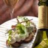 Chantilly de brie à la graine de cavri et pain grillé au miel avec un champagne de vigneron blanc...