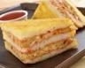 Club sandwich doré au pesto de tomate et rillettes de poulet au curry