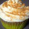 Cupcake aux pommes caramélisées topping crème fouettée et poudre de caramel au beurre salé