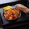 Curry jaune de légumes et suprême de poulet pané coco Emincé de mangue
