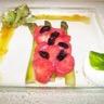 Délice de fraises aux asperges et olives noire confites crème pâtissière à l'asperge sorbet cit...