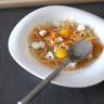 Dés de poulet pochés au bouillon crustacé nouille chinoise et julienne de carotte
