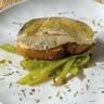Dos de cabillaud poêlé ramen crevettes sautées aux légumes et sauce citron confit et gingembre
