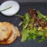 Flan frais de chévre aux olives et parmesan et petite salade pomme et sésame