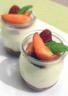 Fromage blanc au citron aux fruits rouges sur confiture de fraises rose et viol