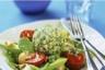 Fromage frais aux herbes sur lit de salade