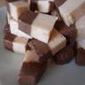Fudge aux deux chocolats et biscuits roses