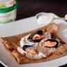 Galette de blé noir et molues marinières au boursin cuisine ail et fines herbes