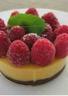 Gâteau crispy à la mousse de mangue et aux framboises