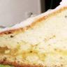 Gâteau léger au mascarpone citronné fourré lemon curd glaçage chocolat blanc-citron
