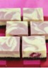Gâteau marbré au chocolat blanc et aux framboises