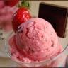 Glace au lait ou sorbet laitier aux fraises fraîches et au chocolat noir