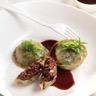 Grosse raviole en imprimé d'herbes farcie d'efloché de bœuf dans la poire et foie gras jus de br...