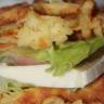 Hamburger franc-comtois aux gaufres de pommes de terre saucisse de Morteau et Mont d'or