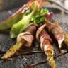Les asperges roulées à la ventrêche de cochon et mesclun de salades