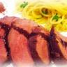 Magret de canard au miel bruni spaghettis aux herbes et échalotes confites