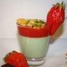 Minis panna cotta pistache fraise et éclats de biscuit croustillant